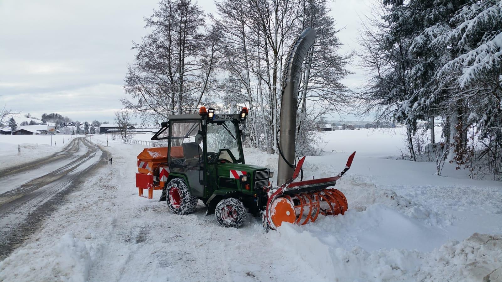 Mein Hakotrac 2700 DA im Winterdienst mit einer Zaugg SF 55-45-130 Schneefräse mit Verladekamin und Rauch UKS 120 Walzenstreuer mit Rauch Quantron A Streucomputer.